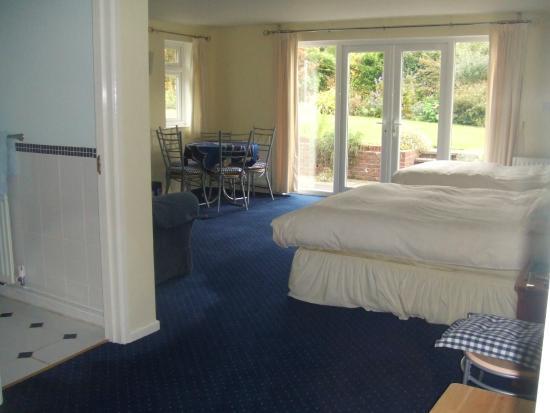 Courtlands Nurseries Bed and Breakfast: Spacious Family room with patio doors onto garden