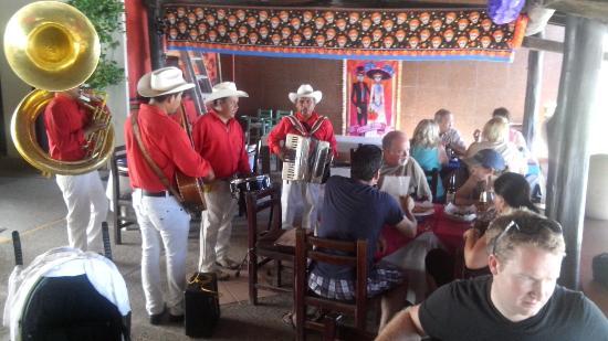 Mar y Sol : Mexicanos y mexicanas bailando..