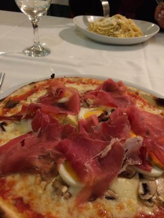 Ristorante La Fontana : Muito bom, preço excelente pizza 8,00 carbonara 9,00 água com gás 2,50.
