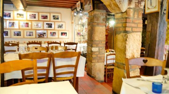Le Chat qui peche : Cozy room, chilly servie