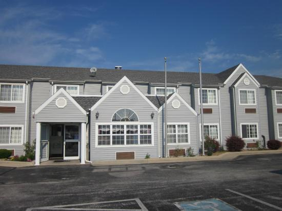Microtel Inn & Suites by Wyndham Springfield: Front of the hotel