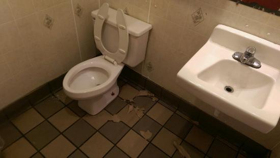Spot Restaurant: Mens bathroom