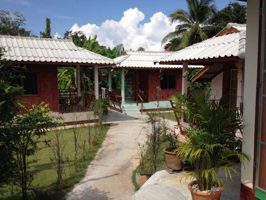 Sarm Mork Guest House : The three bungalows out back