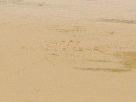 Courtyard Virginia Beach Oceanfront/North 37th Street : Happy Anniversary was carved into the sand by someone to show their love to all of us staying he