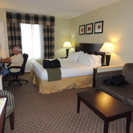 Holiday Inn Express Suites Chehalis - Centralia: nice clean room with king bed