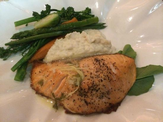 Table 34 : Scottish Salmon with mashed potatoes and fresh vegetables