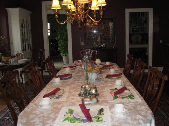 The Dana-Holcombe House: Spacious dining room with lots of light