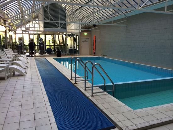 Melbourne Marriott Hotel: Heated pool & jacuzzi with the gym at the back