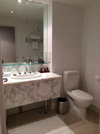 Melbourne Marriott Hotel: Nice bathroom, but a mixer tap would make it better