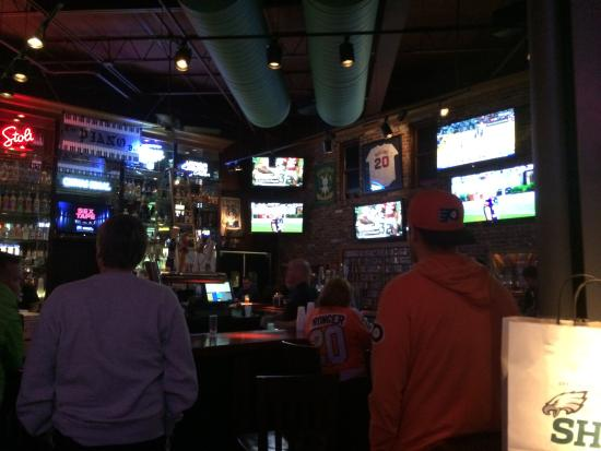 Chickie's & Pete's: View of the bar and TVs