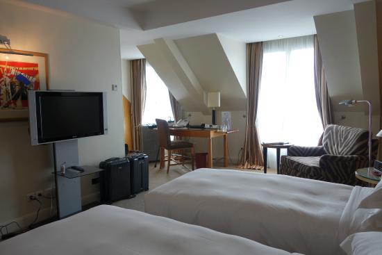 Hyatt Paris Madeleine: 704号室 窓が広く明るい