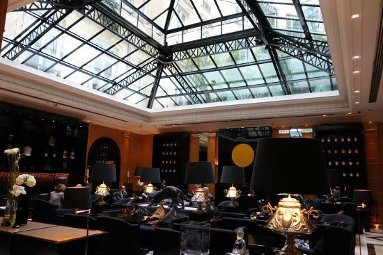 Hyatt Paris Madeleine: GFのカフェ。天窓からの光で明るい