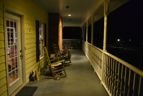 Fairway Oaks Bed & Breakfast: Outside porch