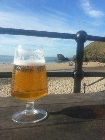 Pentre Arms Hotel: A great place to enjoy a cold beer by the beach.