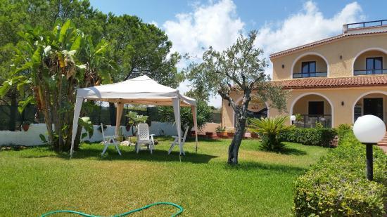Villa Sunset Bed & Breakfast: giardino con gazebo