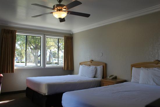 Inn at Highway 1: 2 Queen Bedroom