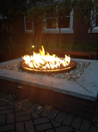 Portland Harbor Hotel: fire pit in the courtyard garden