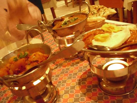 Everest Tandoori Restaurant: Lamb Curry, Tandorri Chicken Strips Marinated in Minced Lamb, Naans, Rice & Side Veg Dish!! Yumm