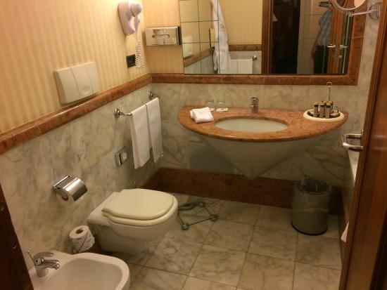 Patria Palace Hotel : salle de bains en marbre