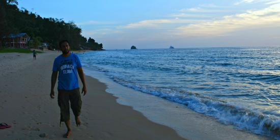 Swiss Cottage Tioman: Strolling in front of hotel at sunset