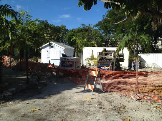 Tropical Cottages: территория в ремонте