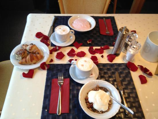 Hotel Böhler: Rose petaled breakfast on our anniversary