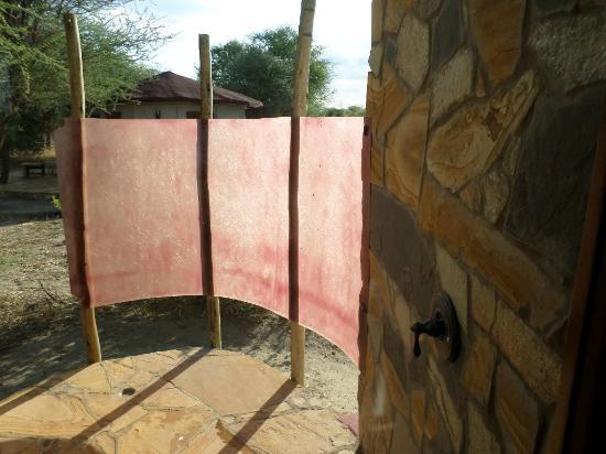 Osupuko Lodge: Outdoor shower