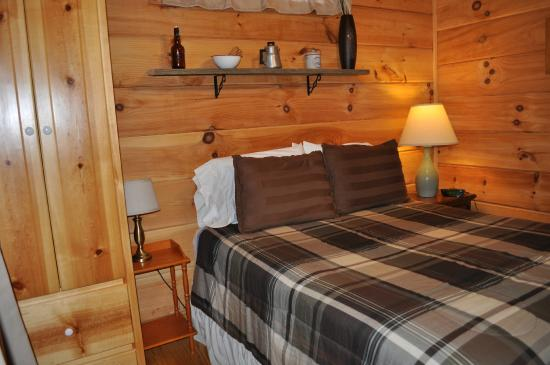 Linville River Log Cabins : bedroom