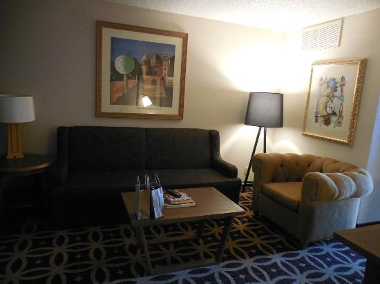 Embassy Suites by Hilton Dallas DFW Airport South: living room