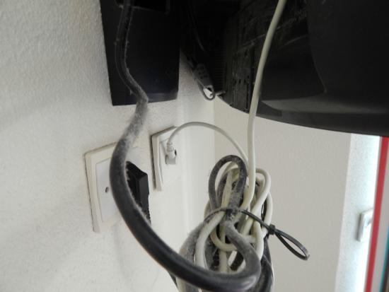 Pierre & Vacances Résidence Port Guillaume : les cables apparents de la tv enfin si on la trouve sous la poussière