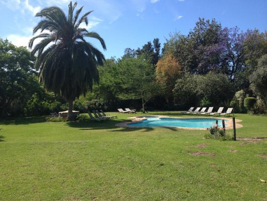 Hopefield Country House: Pool mit wunderschönem Garten