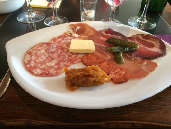Aux Choeurs de Bacchus : Charcuterie starter with home made apricot relish