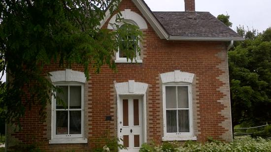 Beaverton, Canada: Red Brick House