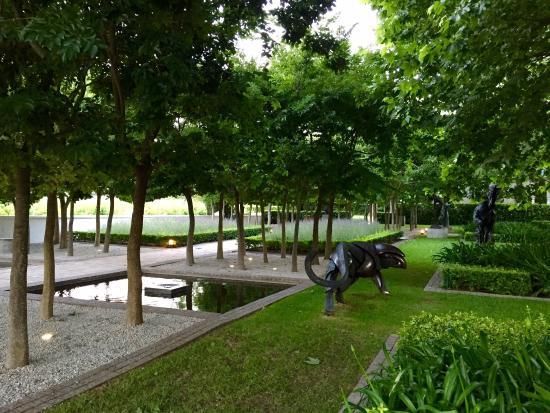 Grand Provence Estate: Gardens at restaurant entrance