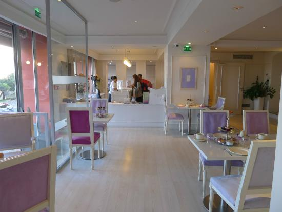 Hotel Suisse: Breakfast room - looking to small reception area