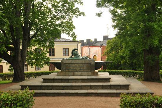 Fortaleza de Suomenlinna: Могила Августина Эренсверда, коменданта Свеаборга
