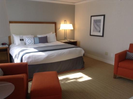 Loews Annapolis Hotel: bedroom area of king suite