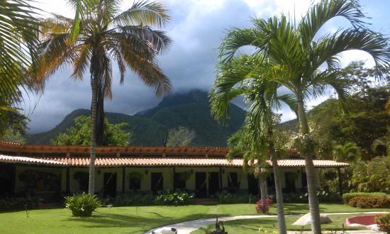 Hotel Posada La Bokaina: Vista a la Posada desde los jardines