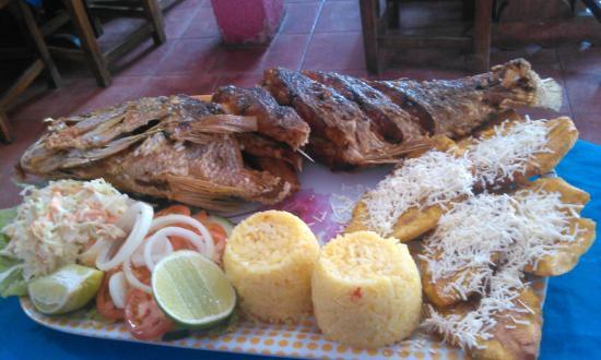 Hotel Posada La Bokaina: Este pescado (pargo) para dos persona, recomendado!! el restaurant pequeño al lado de la farmaci