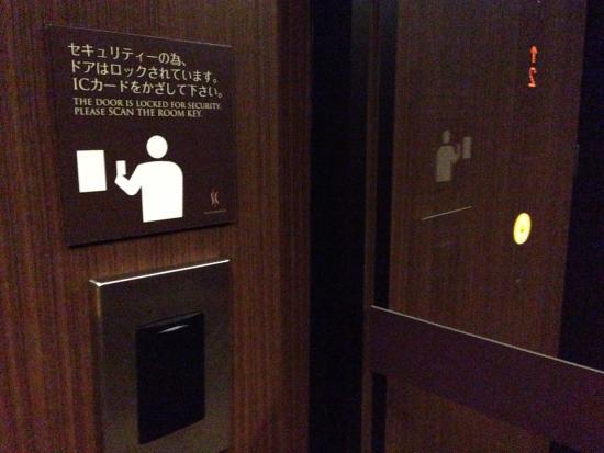 Silk Inn Kagoshima: エレベーターホールセキュリティ