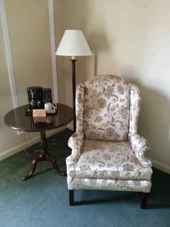 Meadowbrook Inn & Suites: Chair and table located in the room