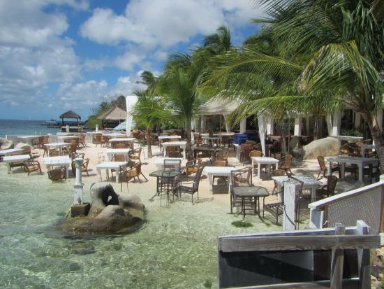 Coral Reef Beach Villa and Apartments : RESTAURANTE DEL LADO