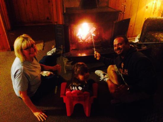 Christopher Creek Lodge: Roasting marshmallows