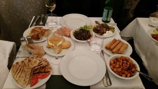 """AL KARMA """"La vigne"""" : La table pour 2 avec les différents mezzes. Un régal."""