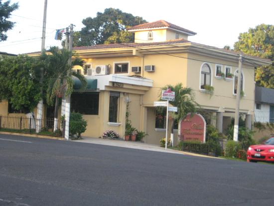 Hotel Villa Florencia: Here is the view of the hotel from the street