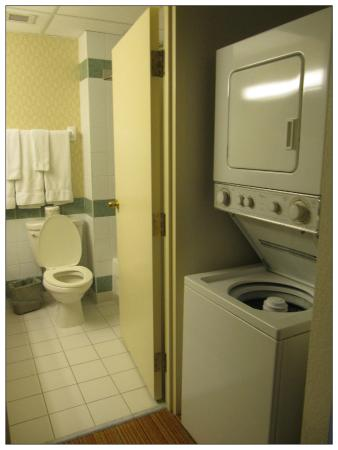 Residence Inn Ottawa Downtown: Washer and Dryer and entrance to bathroom