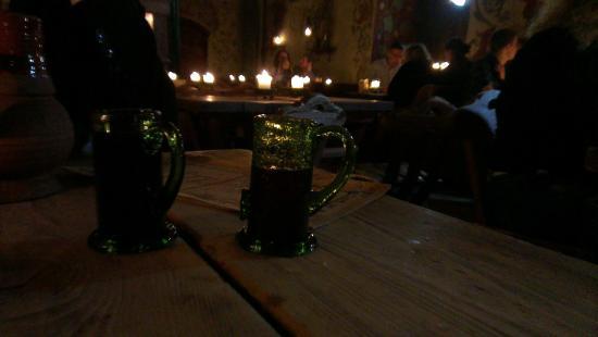Olde Hansa : Посуда из толстого зеленого стекла дополняет атмосферу темного прошлого