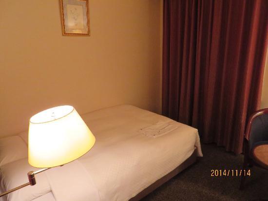 Hotel Mets Urawa: 140㎝幅のシモンズベッド 寝心地の良いベッドでした
