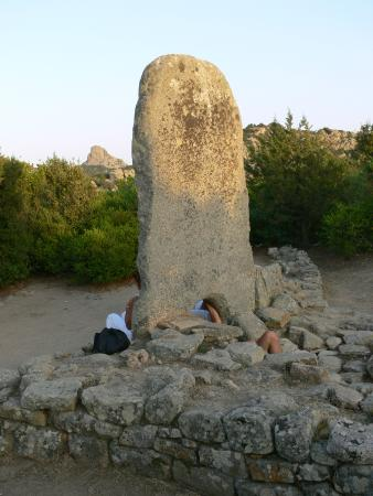 Tombe dei Giganti Li MIzzani : stele funeraria