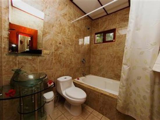 Hotel La Rosa de America: bathroom